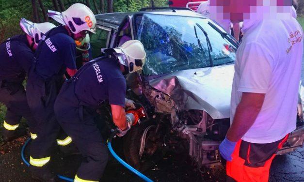 Halálos baleset – Fának ütközött egy autó Sajópetrinél, a sofőr életét vesztette