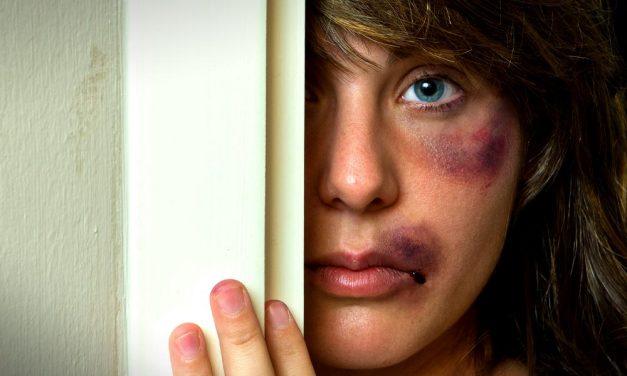 Nem ízlett a vacsora és nem volt otthon elég pia: durván bántalmazta élettársát egy férfi