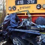 Tragédia a vasúti átjáróban, többen meghaltak, amikor a gyorsvonat széttrancsírozta a kisteherautót