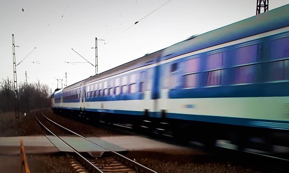 Ököllel és tapétavágóval támadt rá egy utas a lajosmizsei vonat kalauzára