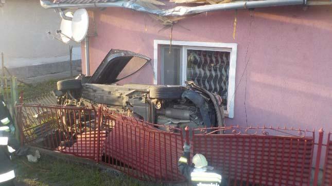 Egy családi ház tetejébe csapódott az autó