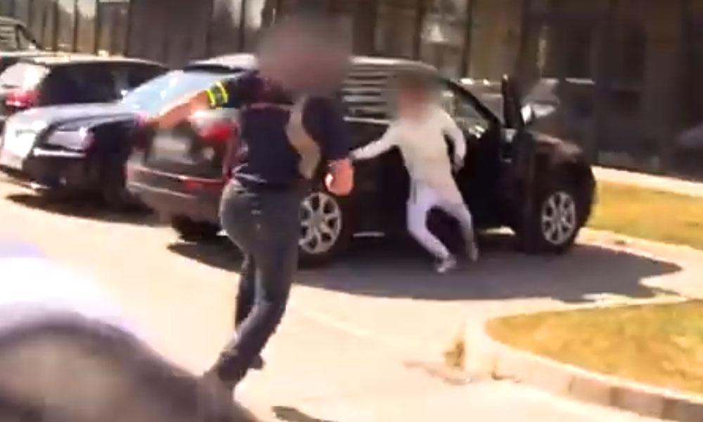 A rendőrök példásan tetten érték az autótolvajokat, aszfaltra nyomták az arcukat