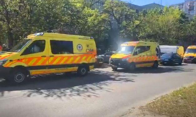Kigyulladt egy ház Csepelen, sok mentő érkezett a helyszínre