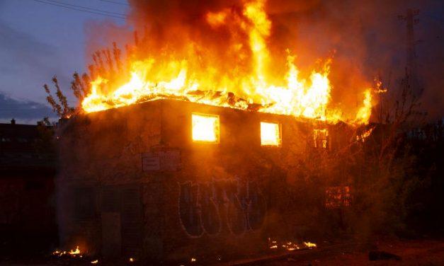 """""""Most azért imádkozunk, hogy az ott élő nő túlélje""""  – egy önkéntes tűzoltó mentette meg a felrobbant ház lakóját"""