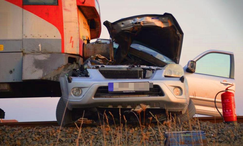 Vonattal ütközött egy autós, a vétkes sofőr súlyos sérüléseket szenvedett