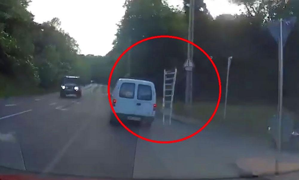 Rosszul rögzítették, lerepült a létra a furgonról, majdnem halálos balesetet okozott