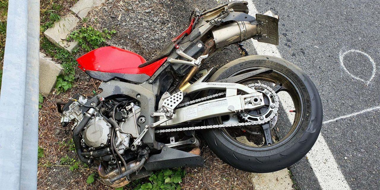 Meghalt egy motoros, miután kukásautóval ütközött: a mentők már nem tudták újraéleszteni a 27 éves férfit