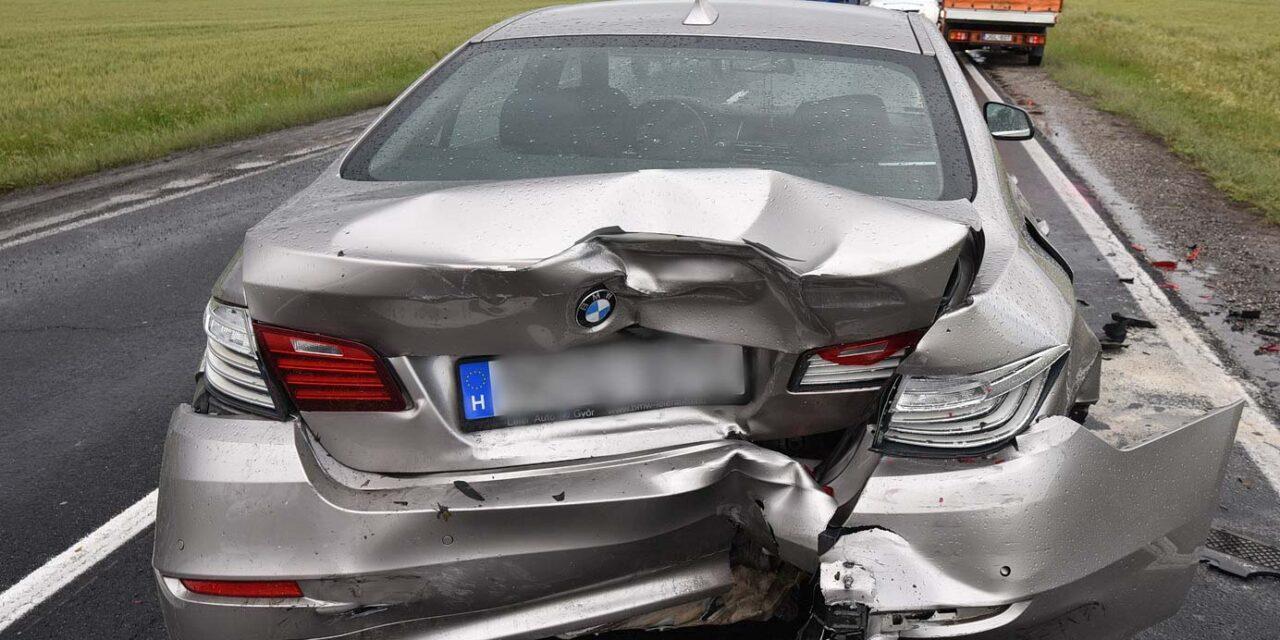 Mobilját nézegette a sofőr, amikor nekiment egy fél órája vásárolt BMW-nek