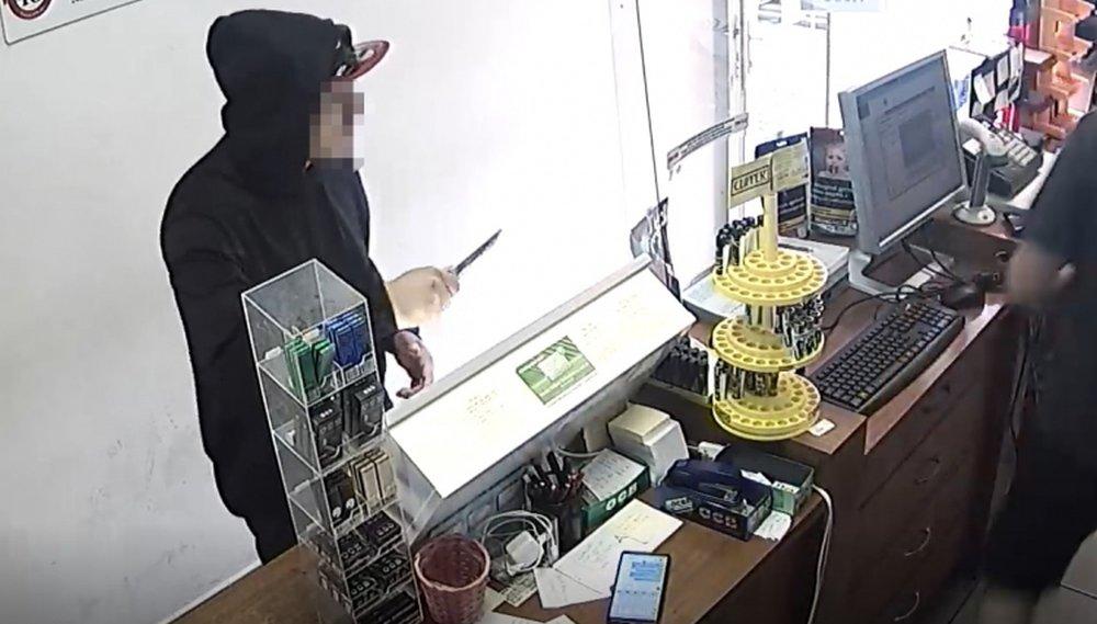 Két óra alatt elfogták a férfit, aki késsel fenyegette meg a dohánybolt eladóját