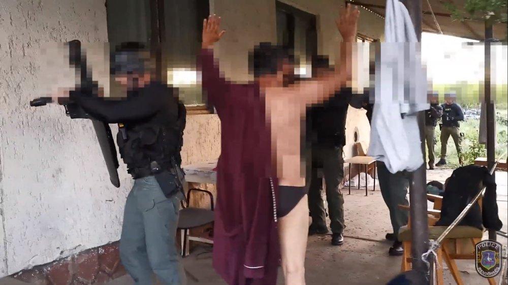 9 helyszínen, 90 rendőr csapott le az internetes csalókra