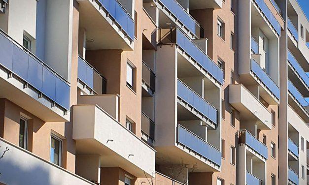 Borzalom: kizuhant egy 1 éves gyerek egy második emeleti lakásból, az anya ijedtében utánanyúlt, de ő is kizuhant