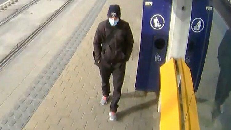 Maszkos férfi akart kirabolni egy nőt az 1-es villamoson