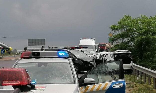 Heten megsérültek egy balesetben az 5-ös úton, bevándorlókat szállító sofőr volt a hibás