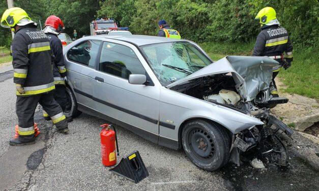 Frontálisan ütközött két autó – egy 12 éves gyerek életveszélyesen megsérült