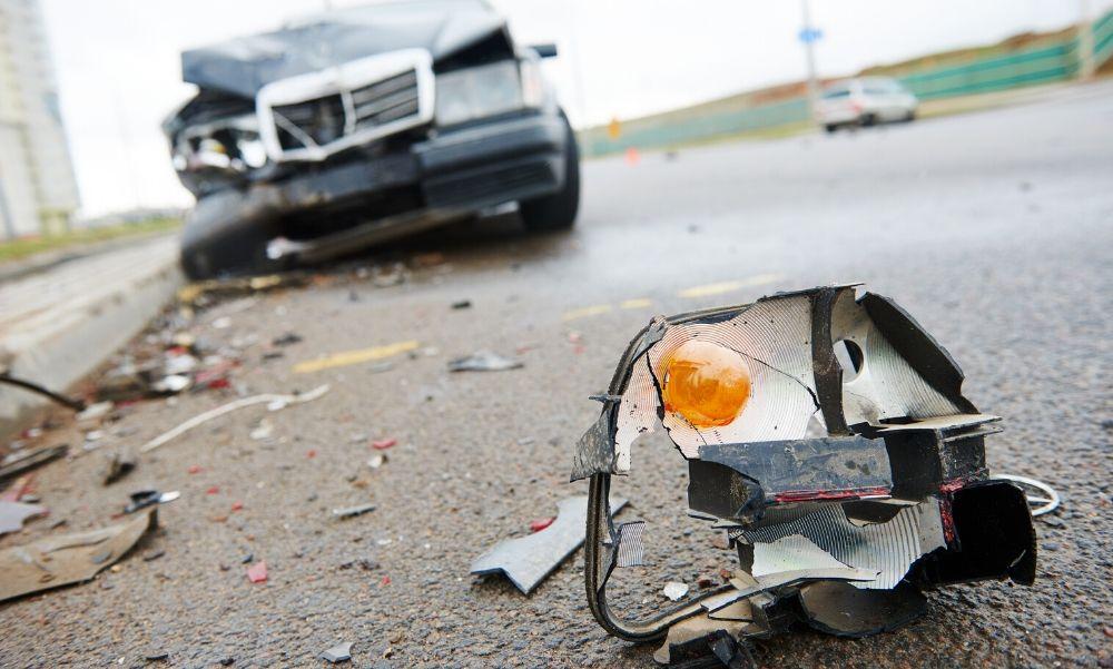 Felborult egy kocsi a 64-es főúton, torlódásra lehet számítani