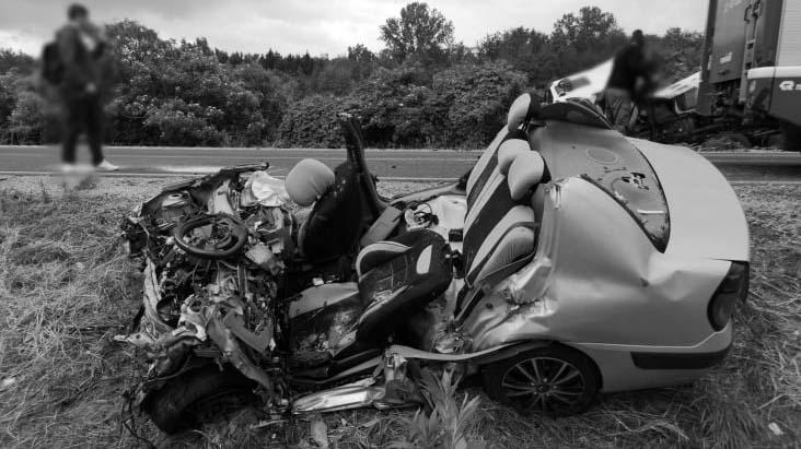 Folyékony bitument szállító kamionnal ütközött a személyautó – egy ember meghalt