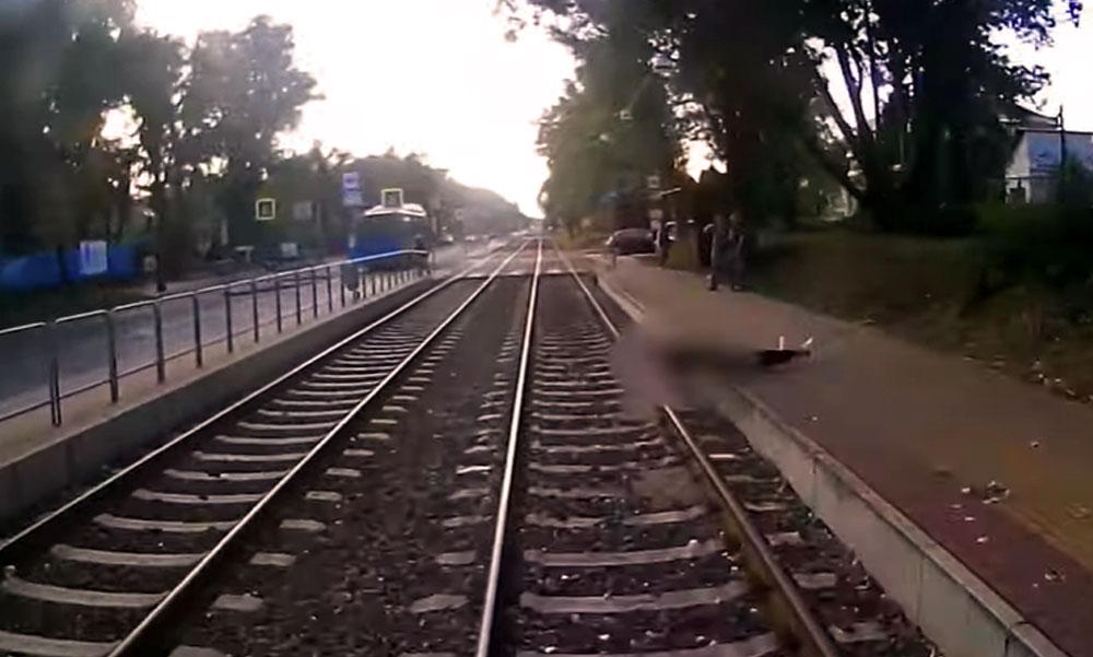 Döbbenetes felvétel arról, ahogy a villamos alá esik egy férfi Budapesten