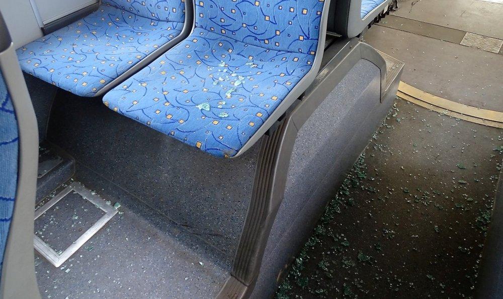 Nem szállhatott fel a buszra a piros lámpánál, ezért betörte a busz ablakát