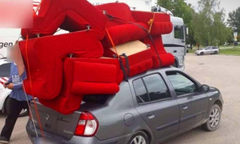 Idióta sofőr – egy bútorboltnyi fotelt kötözött az autójára
