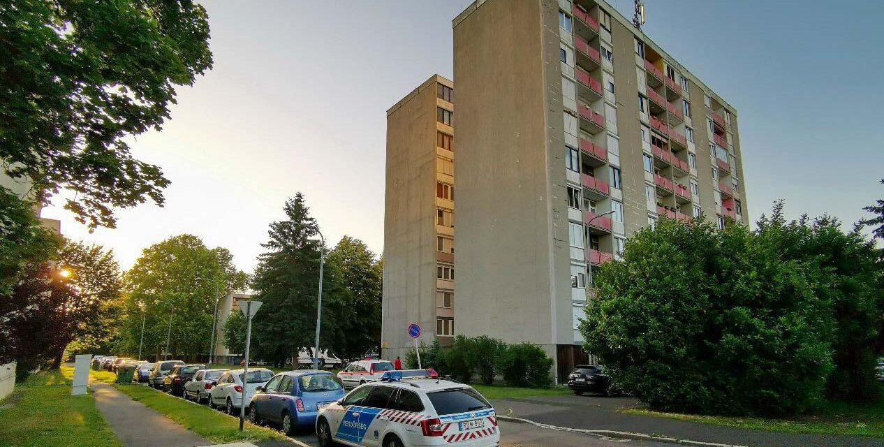 Holttestet találtak egy lakótelepi ház tövében – folyik a helyszínelés