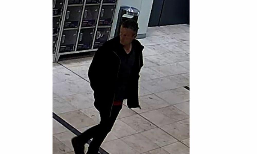 Ön látta valahol ezt a férfit? Kőbányán fosztott ki egy értékmegőrzőt – fotó