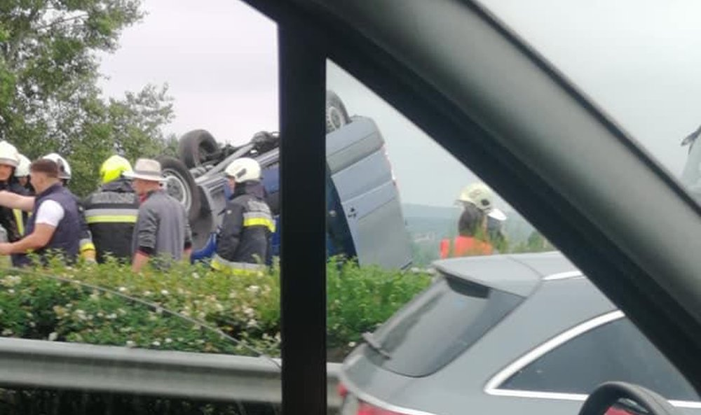 Átszakította egy kisbusz a szalagkorlátot az M3-ason, sok a sérült