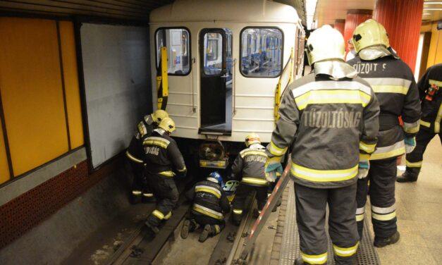 Elgázolta a metró, élve húzták ki a tűzoltók a szerelvény alól a férfit