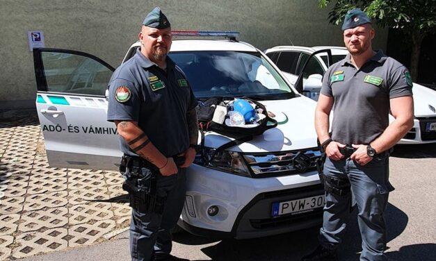 Videóval – Több mint százezer bóvli egészségügyi védőfelszerelést találtak a NAV pénzügyőrei egy szlovák kamionban az M1-es autópályán