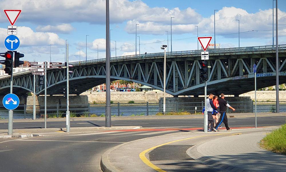 Dunába zuhant egy 18 éves lány a Petőfi hídról