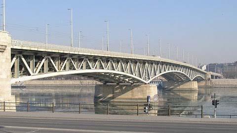 Dunába ugrott egy férfi Budapesten, a Pestőfi hídról