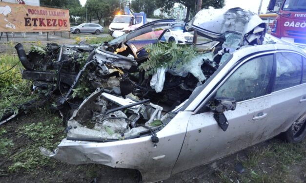 Brutális baleset a Soroksári úton, oszlopra csavarodott egy BMW