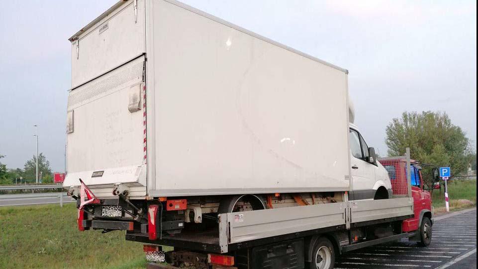 Idióta sofőr: teherautó platóján szállított egy kerekek nélküli teherautót
