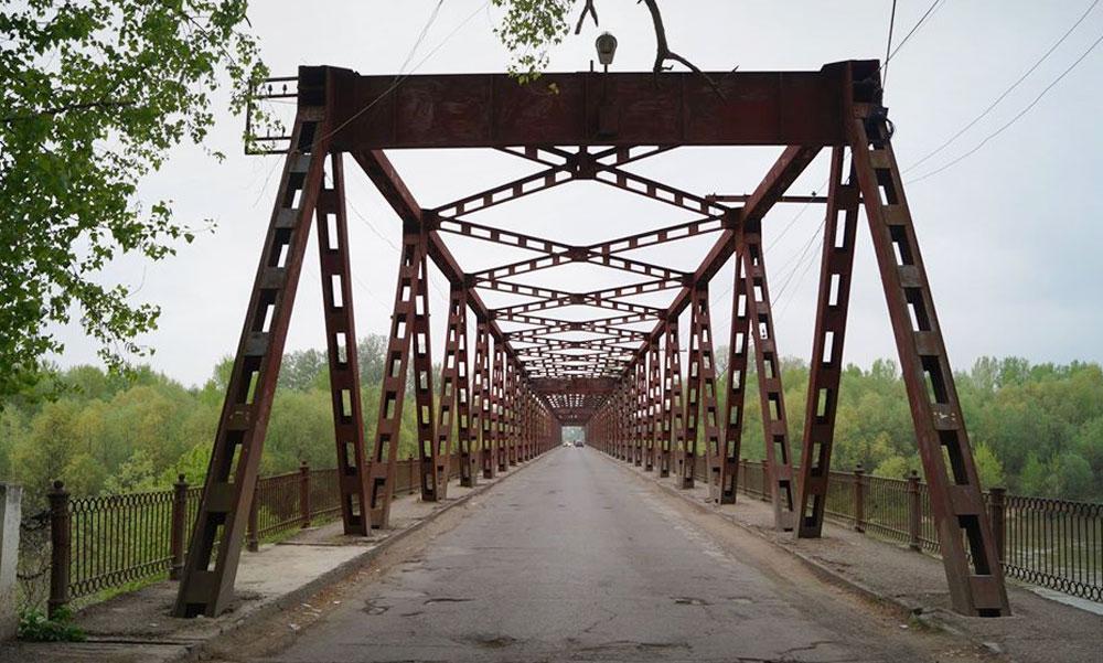 Szerelmi csalódás miatt egy rozsdás hídról a Tiszába ugrott egy férfi