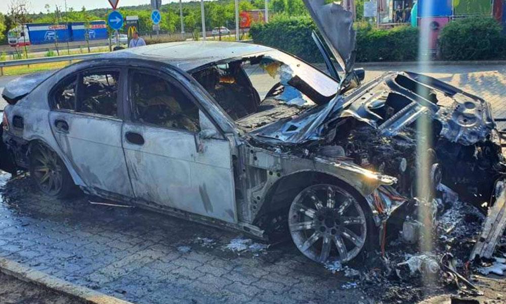 Szénné égett egy 7-es BMW az M0-áson, így porlad el egy luxusautó