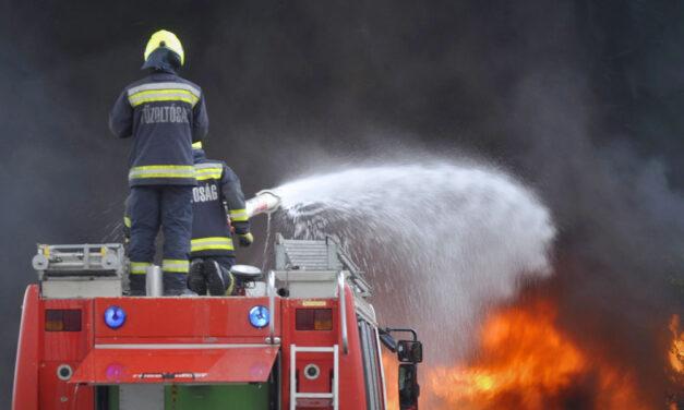 Tűz van egy idősotthonban, menekítik a lakókat