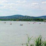 Vízibiciklizés közben tűnt el az édesapa a Velencei-tóban, most is keresik – a 6 éves kisfia kiúszott a partra