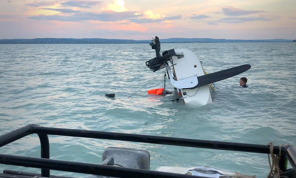 Elsüllyedt egy vitorláshajó a Balatonon, túl nagy volt a szél