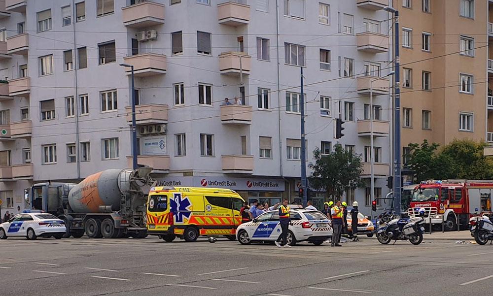 Halálos baleset Budapesten, betonkeverőnek csapódott egy motoros