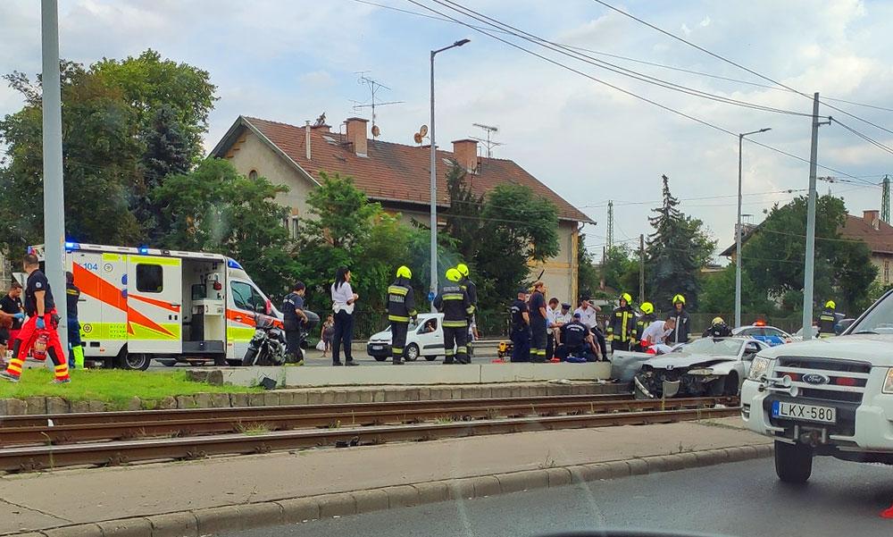 Döbbenetes baleset: Kirepült egy kisgyerek az autóból amikor villanyoszlopnak csapódottak a kocsival