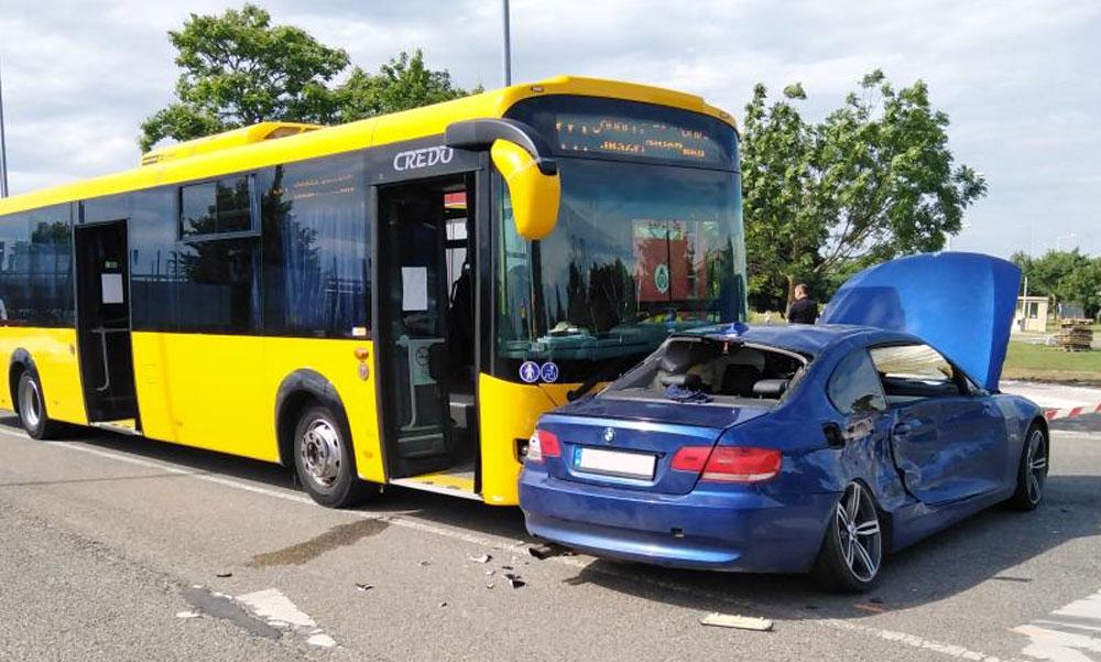 Iskolásokat szállító buszba csapódott egy autó a kiskunhalasi járványkórháznál