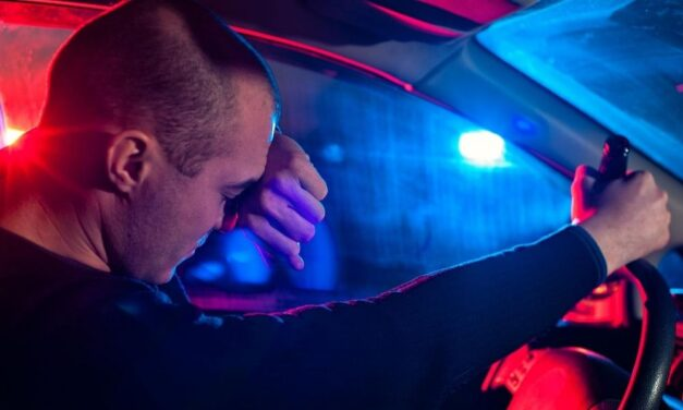 A nő ivott, ezért megkért valakit, hogy vezesse helyette autóját, ám beugró sofőr is ittas volt, mindkettejüket elfogták