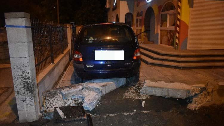 Kidöntötte egy ház kerítését és az udvarban állt meg részeg autós