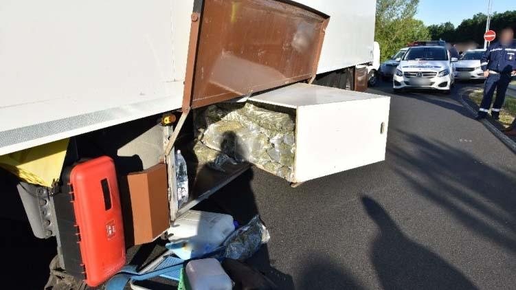 Több mint 50 kiló marihuánát találtak egy kamionban az M7-es autópályán