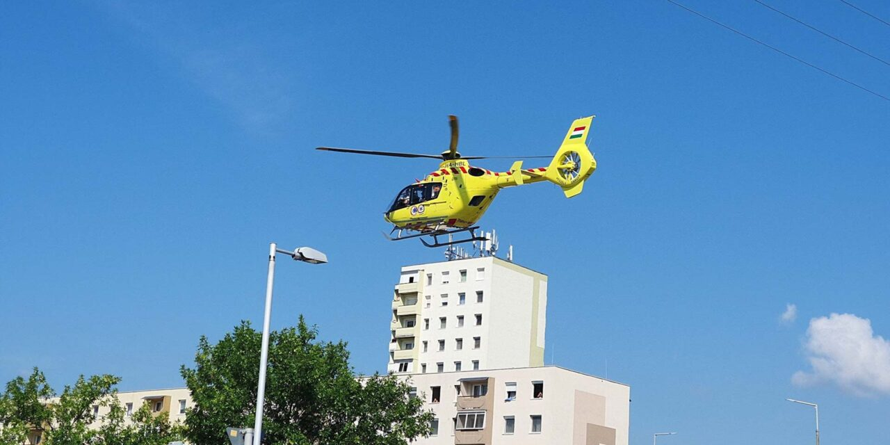 Kizuhant egy másfél éves gyerek egy harmadik emeleti erkélyről: a mentősök sokáig küzdöttek az életéért