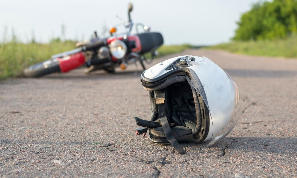 Durva baleset az 1-es főúton: árokba csapódott egy motoros