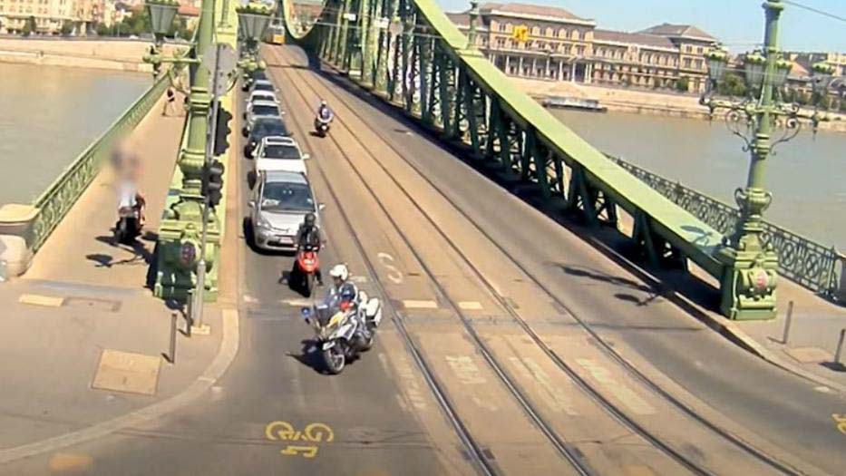 Gyalogosok közt, a járdán menekült egy motoros a rendőrök elől