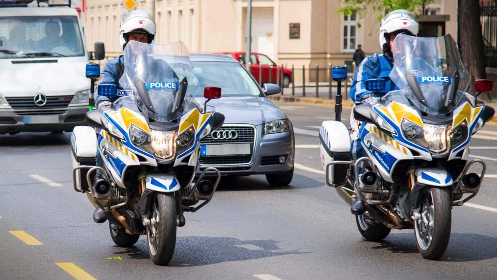 Motoros rendőrök kísérték haza sérült kisfiához az édesapát