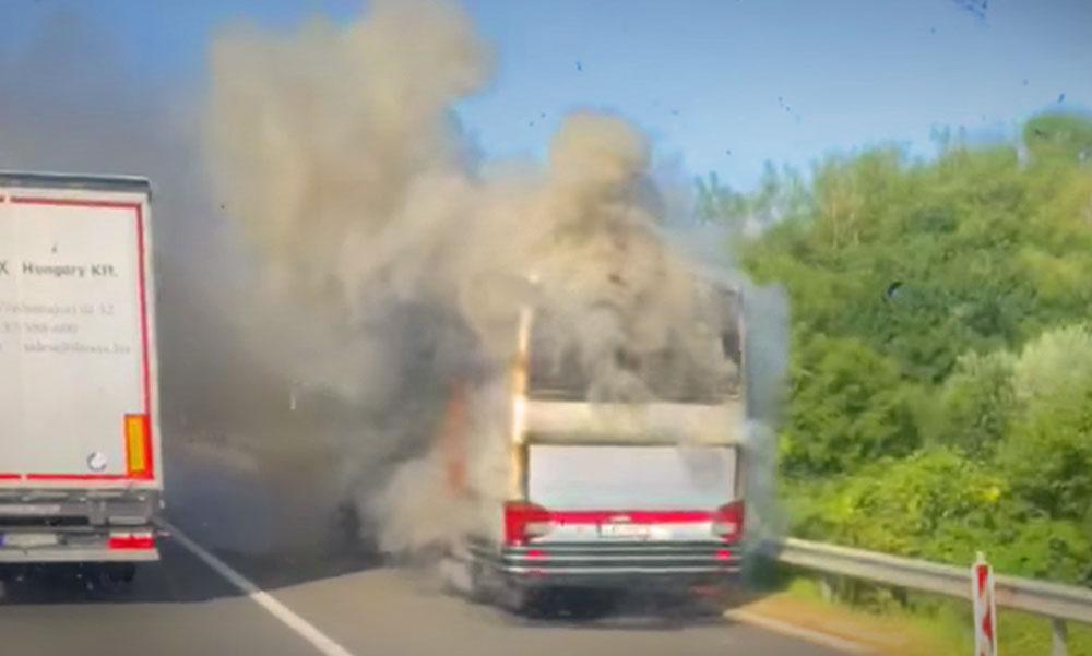 Rendőrök oltották el a lángoló kamiont