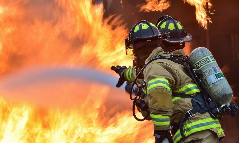 Friss – Óriási lángokkal ég egy fatelep Hajdú megyében