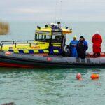 A dermesztően hideg Balatonba esett egy férfi a keszthelyi kikötőben, a vízimentőket kellett hívni